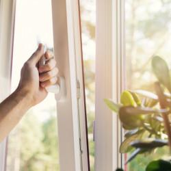 Najlepsze rolety do okien z wywietrznikami