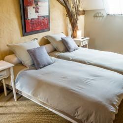 Sypialnia w stylu rustykalnym – jakie rolety wybrać?
