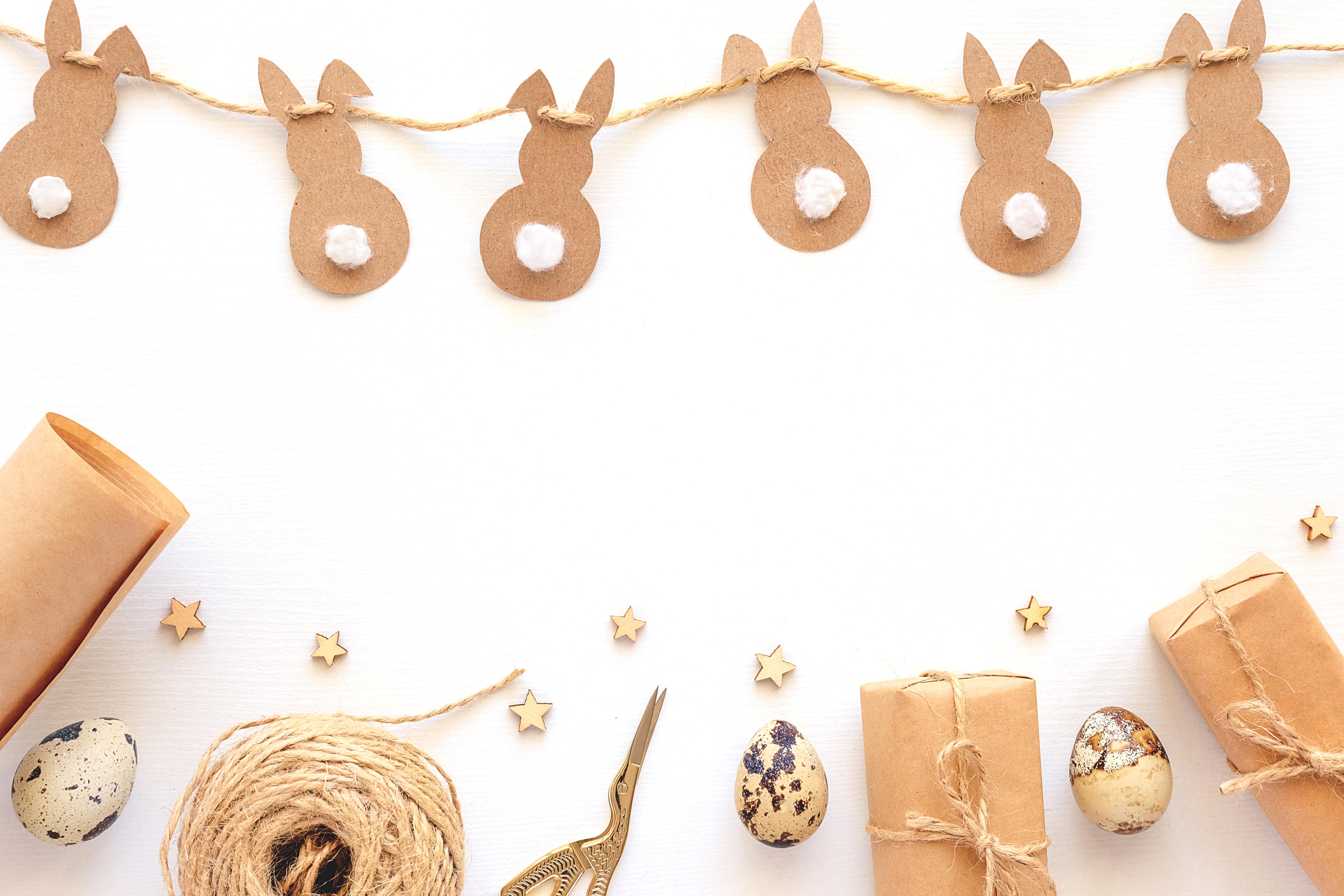 Papierowa girlanda z wielkanocnymi króliczkami (zdjęcie ilustracyjne, Adobe Stock)